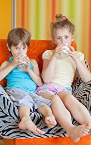 Картинка Молоко Две Мальчишки Девочки Стакана Взгляд Сидящие Дети