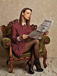 Фотографии Фотомодель Кресло Сидящие Чтение Газетой Платья Ног Туфель девушка