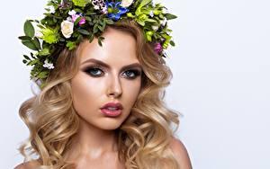 Картинка Модель Красивая Блондинка Мейкап Волосы Венком Взгляд Прически Белый фон молодая женщина