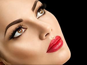 Фотография Модель Красивые Лица Макияж Красными губами Взгляд Черный фон Девушки