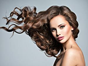 Картинка Модель Красивый Косметика на лице Волосы Взгляд Сером фоне молодая женщина