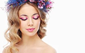 Фото Модель Красивый Мейкап Волосы Венок Белом фоне девушка