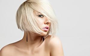 Картинка Фотомодель Блондинка Прически Макияж Взгляд Сером фоне Девушки