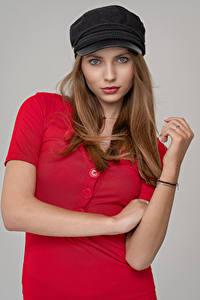 Фото Модель Позирует Платья Кепкой Смотрит Natalia Piątek молодая женщина