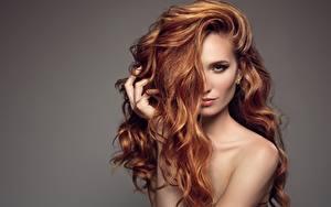 Фотография Модель Рыжая Волосы Взгляд Сером фоне Причёска Девушки