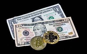Картинка Деньги Банкноты Доллары Монеты Биткоин На черном фоне