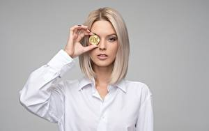 Картинки Деньги Биткоин Серый фон Блондинок Смотрит Руки Девушки