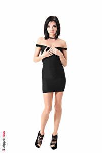 Обои Monika Benz iStripper Белом фоне Брюнетка Руки Платье Черные Ног Туфли Девушки