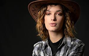 Картинки На черном фоне Шляпы Рубашке Смотрит Morgane девушка