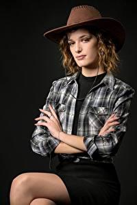 Картинка Позирует Сидящие Юбка Рубашки Шляпа Взгляд Ковбой Morgane девушка