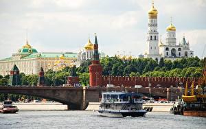 Обои Московский Кремль Церковь Речка Мосты Речные суда Россия Москва Moscow river город