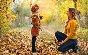 Обои Мать Осенние Боке Девочка Листва Улыбается Свитере Джинсов ребёнок Девушки