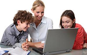 Картинка Мама Мальчики Девочки Ноутбук Улыбка Дети