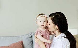 Фотография Мама Младенца Брюнетки Вдвоем молодая женщина Дети