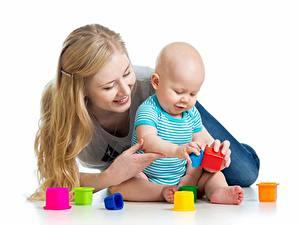 Картинка Мать Игрушка Грудной ребёнок Улыбается Лежа Сидящие Играют Белом фоне ребёнок