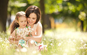 Фотография Мать 2 Боке Девочка Обнимает Улыбается Миленькие ребёнок