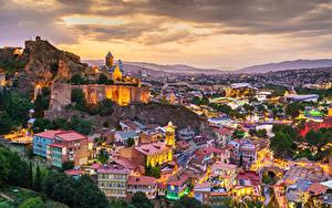 Фото Гора Здания Грузия Вечер Сверху Tbilisi город
