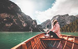 Фотография Гора Озеро Италия Лодки Куртке Сидящие Lake Braies девушка Природа