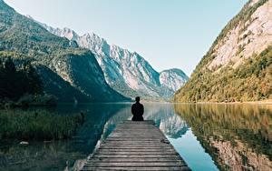 Обои Гора Озеро Мужчины Вид сзади Сидящие