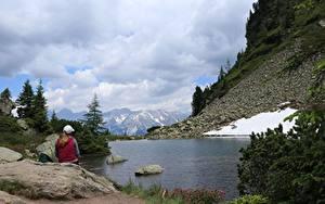 Фотография Горы Камень Озеро Германия Альп Сидящие Снега Dachstein Природа Девушки