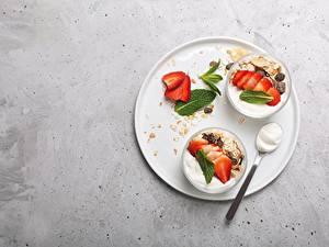 Обои для рабочего стола Мюсли Клубника Йогурт Миска Ложки Завтрак Пища
