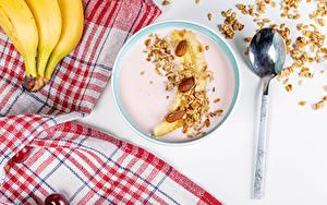 Обои Мюсли Йогурт Бананы Орехи Овсянка Тарелка Ложки Завтрак Продукты питания