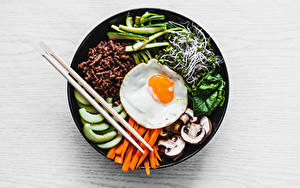 Фото Грибы Морковка Яичницы Палочки для еды Нарезка Тарелке Microgreen Пища