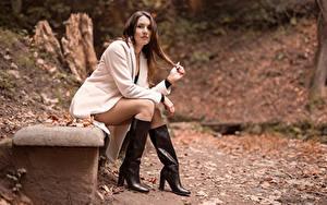 Фотография Шатенка Пальто Сапоги Ноги Сидит Взгляд Nadia молодые женщины