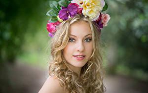 Фото Блондинок Венком Взгляд Размытый фон Nadine молодые женщины