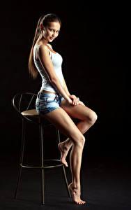 Фотография Стул Сидит Красивые Ноги Шортах Майке Смотрят Фотомодель Nastya, Evgeniy Bulatov