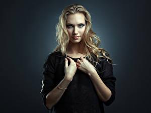 Фотография Блондинка Руки Взгляд Цветной фон Nata, Evgeniy Bulatov Девушки