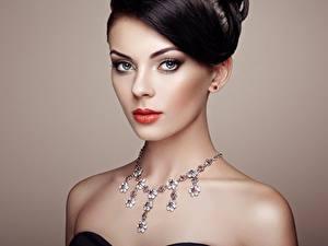 Картинки Ожерельем Цветной фон Фотомодель Мейкап Брюнетки Смотрит Красивая шея девушка