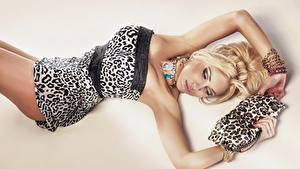 Фотографии Ожерельем Сумка Блондинки Платье Лежат Гламур