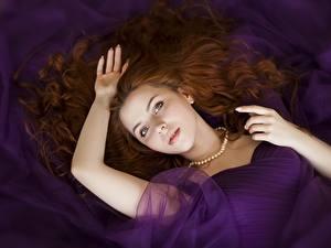 Фотография Ожерельем Рыжие Волос Смотрит Лежа Рука Красивая девушка