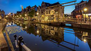 Картинки Голландия Вечер Дома Набережной Уличные фонари Водный канал Maassluis