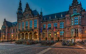 Картинки Нидерланды Здания Вечер Улица Велосипеды Уличные фонари Groningen город