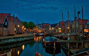 Картинка Нидерланды Здания Пирсы Катера Вечер Водный канал Уличные фонари Spakenburg Города