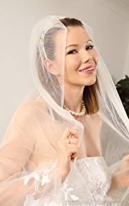Фотографии Nicky Phillips Невесты Улыбается Шатенка Рука молодые женщины