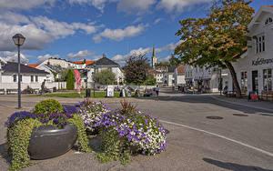 Фотографии Норвегия Здания Петунья Улице Уличные фонари Lillesand город Цветы