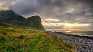 Обои для рабочего стола Норвегия Лофотенские острова Берег Гора Рассвет и закат Облачно Unstad Beach Природа