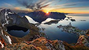 Картинка Норвегия Лофотенские острова Рассветы и закаты Залив Скала Мох Природа