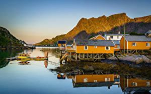 Картинка Норвегия Гора Лофотенские острова Дома Sakrisøy, Moskenesøya Природа