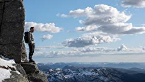 Картинки Норвегия Гора Мужчина Утес Облака Rogaland Природа