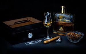 Картинка Орехи Алкогольные напитки Коробки Рюмки Бутылки Сигары ром, зажигалка