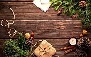 Фотография Орехи Рождество Доски Шишки Подарки Шаблон поздравительной открытки