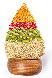 Фото Овсянка Киви Гранат Новый год Белым фоном Зерно Новогодняя ёлка Продукты питания