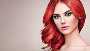 Обои Рыжая Волос Лица Косметика на лице Красивый Сером фоне Взгляд Oleg Gekman молодая женщина