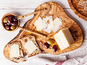 Фотографии Оливки Сыры Хлеб Разделочная доска Нарезанные продукты