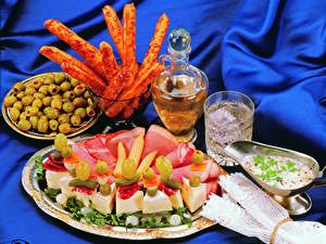 Картинка Оливки Сыры Ветчина Тарелка Стакан Продукты питания