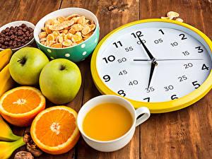 Фото Апельсин Яблоки Сок Часы Циферблат Чашка Завтрак Доски Пища